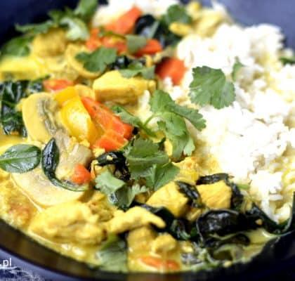 pikantna zupa tajska z kurczakiem i mleczkiem kokosowym